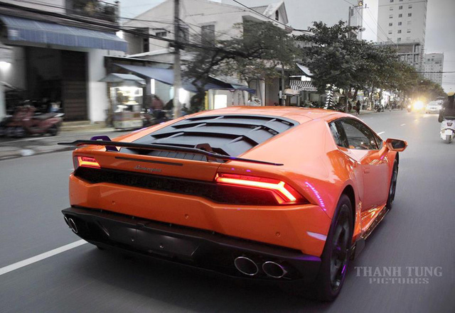 Sau gần 2 tuần cập bến, siêu xe Lamborghini Huracan đầu tiên tại Đà thành được chủ nhân trang bị gói độ Vorsteiner ấn tượng. Đây cũng là chiếc Lamborghini Huracan thứ 2 tại Việt Nam được bổ sung gói độ này.