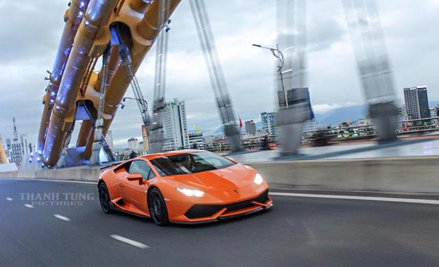 Khác với BMW i8, màu cam trên siêu bò Lamborghini Huracan LP610-4 đầu tiên tại Đà Nẵng là nguyên bản. Tại Việt Nam, còn có 2 chiếc khác được sơn màu cam.
