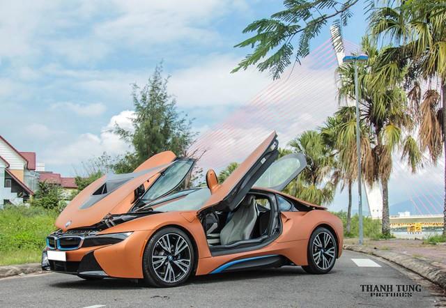 BMW i8 đầu tiên xuất hiện tại Đà Nẵng vào cuối tháng 10/2015. Hai ngày sau, BMW i8 thứ 2 cũng xuất hiện với ngoại thất trắng nuốt và trang bị tương tự như chiếc đầu tiên.