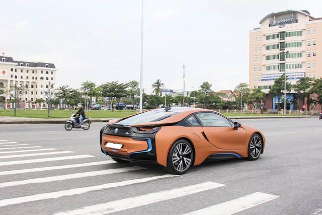 BMW i8 tạo nên cuộc chơi siêu xe chưa từng có trong vòng 8 năm qua với số lượng hơn 30 chiếc được đưa về nước chỉ trong 6 tháng cuối năm 2015. Nguyên nhân đến từ mức giá từ 6,5 đến 8 tỷ Đồng cùng thiết kế đẹp mắt.