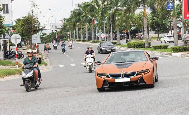 Gần 2 tuần sau đó, chiếc BMW i8 thứ 2 thay đổi trang phục khác bằng lớp áo đề-can màu cam nhám giúp siêu xe này trở nên nổi bật mỗi khi xuất hiện trên phố.