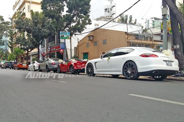 Ngoài 5 chiếc xe thể thao hàng hiếm, trong đoàn xe rước dâu còn xuất hiện chiếc sedan Porsche Panamera thuộc sở hữu của chồng ca sỹ Thu Thủy.
