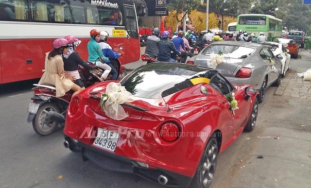 Alfa Romeo 4C Launch Edition tại thị trường Việt Nam mang số thứ tự 116/500 và thuộc sở hữu của một thành viên Viet Nam Team. So với Alfa Romeo 4C, phiên bản đặc biệt sở hữu nhiều chi tiết nâng cấp nổi bật như đèn pha dạng bi-xenon tích hợp thêm đèn LED chiếu sáng ban ngày, đuôi cá phía sau xe bằng sợi carbon cao cấp, bộ mâm 18 inch trước và 19 inch sau được sơn đen nhám đi kèm cùm phanh màu đỏ nổi bật.