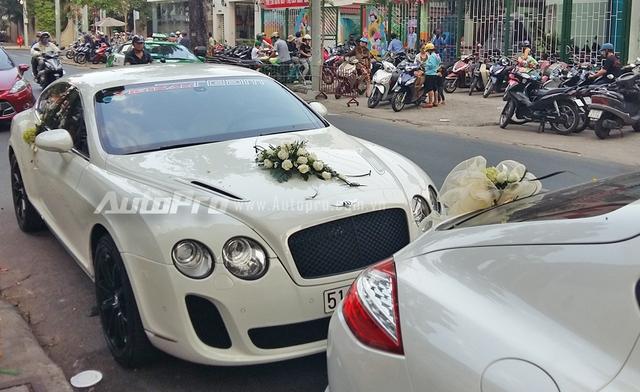 Xế độ thứ 3 góp mặt trong buổi rước dâu chiều ngày 8/1 là Bentley Continental GT của tay chơi Bình Định. Chiếc Coupe thể thao được chủ nhân cho lên đời bộ bodykit Supersports hầm hố hơn.