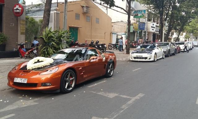 Đoàn xe rước dâu gồm 6 chiếc nối đuôi nhau trên con phố Nguyễn Đình Chiểu thuộc quận 1 thu hút sự chú ý của nhiều người đi đường. Đoàn xe đón dâu gồm toàn ô tô thể thao thuộc dạng hàng hiếm tại Việt Nam.