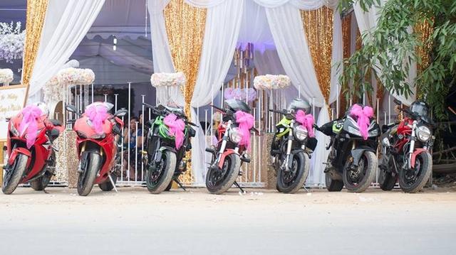 Từ trái sang phải là Honda CBR1000RR, Ducati 1198, Kawasaki Z1000 và bộ đôi Ducati Monster 795.