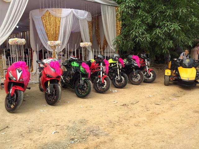 Trong ngày vui trọng đại, nhiều bạn bè chú rể đã tới tham dự đưa dâu với dàn mô tô bao gồm Can-Am Syder, Ducati 1198, Ducati Monster 795, Honda CBR1000RR và Kawasaki Z1000.