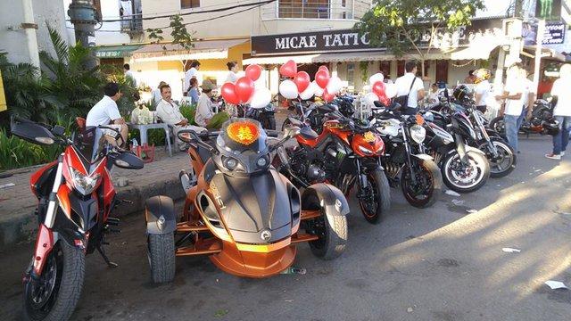 Sáng ngày 27/2, đoàn mô tô phân khối lớn của các thành viên trong nhóm HCR đã tổ chức lễ rước dâu khá ấn tượng tại Sài thành. Trong đó, đáng chú ý là sự xuất hiện của chiếc Can-Am Spyder 3 bánh do đích thân chú rể cầm lái và dẫn đầu đoàn mô tô phân khối lớn bao gồm hàng chục chiếc xe đủ chủng loại.