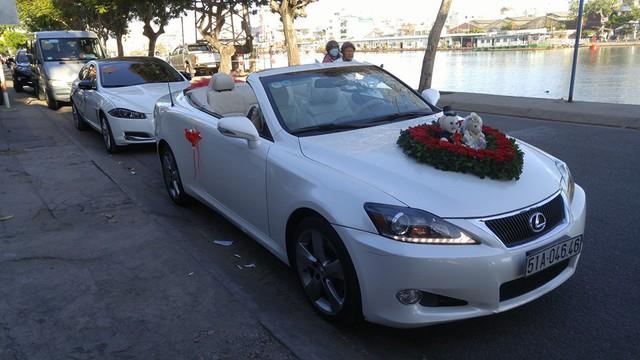 Sau màn diễu hành ấn tượng trên phố, chủ rể và cô dâu cùng ngồi trên chiếc Lexus IS250 mui trần để hoàn tất các thủ tục còn lại. Ngoài ra, trong đoàn xe rước dâu còn xuất hiện chiếc sedan hạng trang Jaguar XJL.