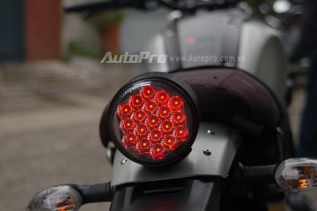 Điểm nhấn trong phong cách thiết kế của Yamaha XSR900 là cụm đèn hậu đầy ma mị với 19 bóng đèn LED nhỏ được sắp đặt gọn gàng, các bóng này mang màu đỏ.