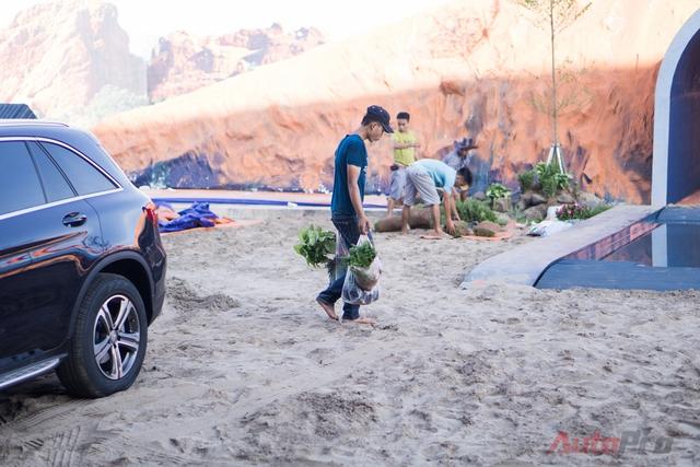 Trong khi đó, ở phía ngoài, Mercedes-Benz Việt Nam bố trí sân khấu off-road với địa hình cát, núi nhân tạo ấn tượng.