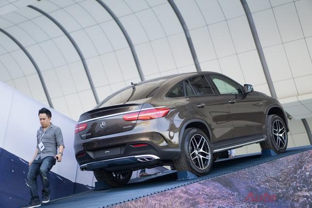 Mercedes-Benz GLE 450 4MATIC với phong cách trưng bày đậm chất ngôi sao 3 cánh.