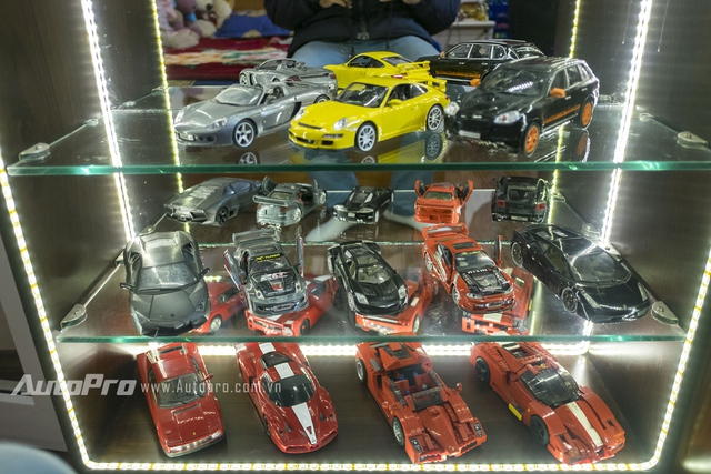Có thể dễ dàng nhận ra những chiếc xe hạng sang như Porsche, Lamborghini, Mercedes-Benz. Ngay cả những mẫu xe Ferrari cũng được Huy lắp từ những mảnh Lego.