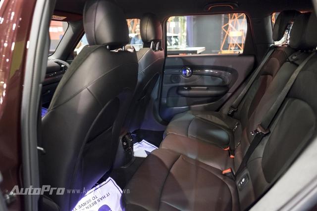 Hàng ghế sau của MINI Clubman 2016 khá thoải mái với 3 chỗ ngồi có tựa đầu.