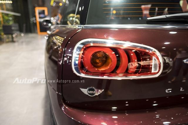 Đèn hậu của Mini Clubman 2016 được thiết kế nằm ngang thay vì nằm dọc theo thân xe như những chiếc xe như Cooper hay Countryman. Tất nhiên, công nghệ LED là điều không thể thiếu.
