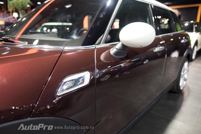 Gương chiếu hậu của xe vẫn được thiết kế bầu bĩnh, phù hợp với tổng quan thiết kế của dòng xe Mini nói chung và Clubman 2016 nói riêng.