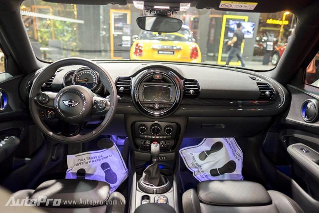 Bên trong Mini Clubman 2016 là không gian nội thất được thiết kế hoàn toàn mới. Táp-lô hình viên thuốc, 4 khe gió điều hòa hình vuông và bảng điều khiển trung tâm nằm cao là những điểm nhấn mang đến sự mới mẻ cho Mini Clubman 2016. Tiếp đến là núm chỉnh điều hòa và đồng hồ đi kèm viền dày dặn hơn, phanh tay điện tử tiết kiệm không gian cũng như khe gió điều hòa dành cho hành khách ngồi trên ghế sau. Hãng Mini cũng không quên chỉnh lại vị trí ghế trong Clubman thế hệ mới để tạo cảm giác rộng rãi hơn cho nội thất.