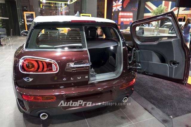 Tuy nhiên, ở MINI Clubman 2016, các kỹ sư đã nâng cấp thêm tính năng mở cửa tự động bằng cách giữ chặt nút mở khoá trên chìa khoá thông minh hoặc đá chân vào gầm xe để kích hoạt cảm biến mở cửa xe.