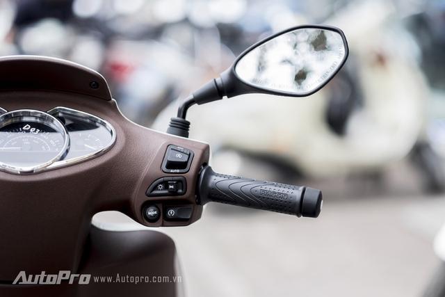 Bên phải nổi bật với nút bật/tắt hệ thống Auto Start/Stop. Tương tự Idling Stop System của Honda, hệ thống Auto Start/Stop cũng có tác dụng tự động ngắt máy khi xe dừng lâu để tiết kiệm nhiên liệu.