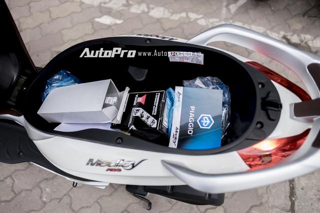 Nhờ đó, cốp dưới yên của Piaggio Medley khá rộng, đủ cho 2 mũ bảo hiểm trùm kín đầu.