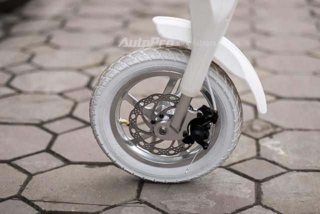 Lehe K2 được trang bị phanh đĩa ở cả hai bánh xe cùng vành hợp kim khá bóng bẩy.