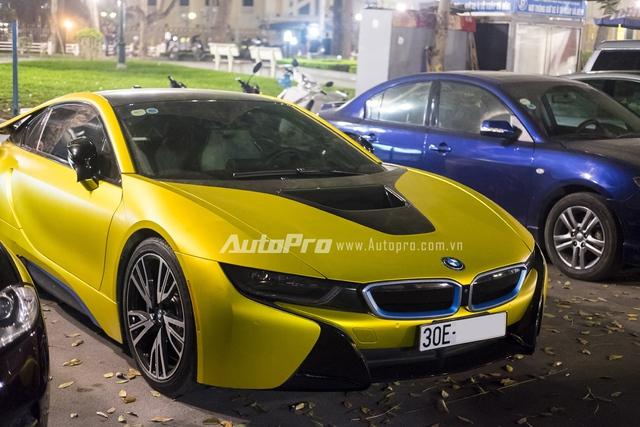 Mẫu xe hybrid thể thao của BMW thực sự đã làm mưa làm gió trong giới chơi Việt Nam trong năm 2015. Chỉ trong một khoảng thời gian ngắn, đã có hơn 20 chiếc xe BMW i8 cập bến Việt Nam với màu sắc đa phần là trắng và xám bút chì. Để tạo nên sự khác biệt cho chiếc BMW i8 của mình, một chủ xe tại Hà Nội đã quyết định đổi màu xế cưng từ trắng nguyên bản sang vàng chanh độc đáo.