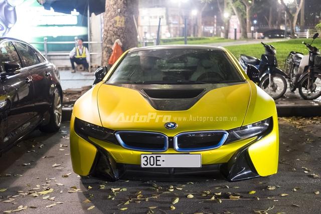 Được biết, đây là chiếc BMW i8 đầu tiên tại Hà Nội được chuyển sang màu vàng chanh thông qua việc dán decal giống như xe tại Sài Gòn. Theo giới thợ, chi phí để hoàn thiện việc thay đổi dàn áo ngoại thất cho chiếc xe BMW i8 này có thể từ 15-20 triệu Đồng. Lớp dán decal sẽ có tuổi thọ khoảng 3-5 năm, tuỳ theo điều kiện.