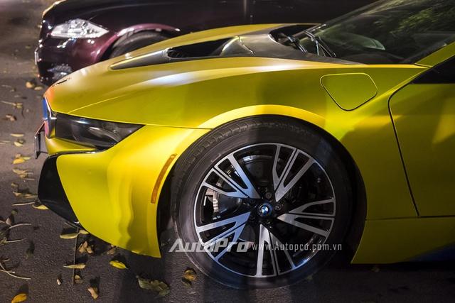 Chiếc BMW i8 biển tứ quý tại Hà Nội vẫn giữ nguyên nội thất màu trắng be và cặp vành có kích thước 20 inch nguyên bản.