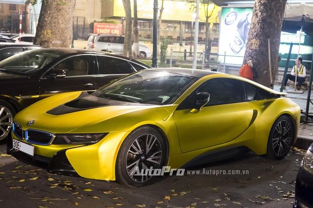Trước đó, đã có một vài chiếc BMW i8 khác tại Việt Nam được dán decal thay đổi màu sơn như đen nhám và vàng xước. Có thể nói, dán decal là giải pháp được nhiều dân chơi xe tại Việt ưa chuộng vì nhanh, không quá tốn kém và không ảnh hưởng đến màu sơn nguyên bản.