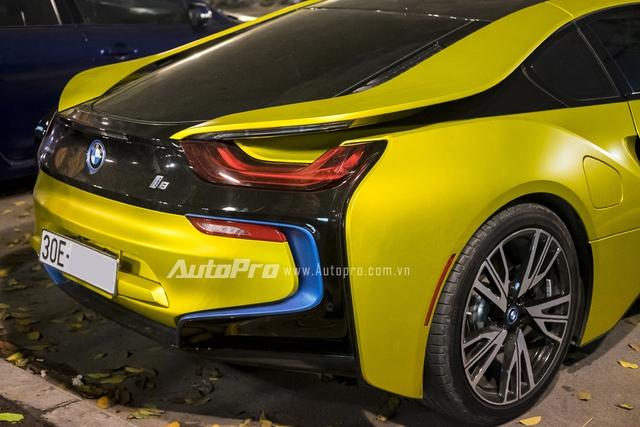 Ngoài màu vàng chanh lạ mắt mới, chiếc BMW i8 còn gây ấn tượng với biển số tứ quý rất đẹp. Khi xuất hiện trên đường phố Hà Nội trong dịp nghỉ lễ giỗ tổ Hùng Vương, chiếc BMW i8 màu vàng chanh lập tức thu hút sự chú ý.