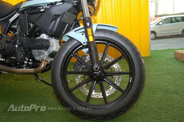 Ducati Scrambler Sixty2 được trang bị phuộc trước hành trình ngược của Showa với kích thước 41 mm và giảm xóc đơn đằng sau. Bộ mâm 18 inch 10 chấu đơn thể thao đi kèm với lốp Pirelli MT 60 RS có kích thước 110/80 trước và 160/60 sau. Theo Ducati, cặp lốp này có thể chinh phục nhiều địa hình khác nhau.