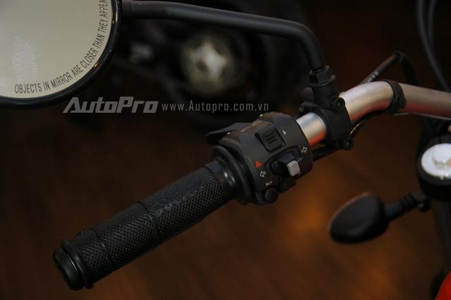 Các công tắc như đèn pha, còi, xi nhan ở bên phía tay trái được thiết kế gọn gàng. Gương chiếu hậu dạng tròn cổ điển cũng là điểm nhấn trên thiết kế của Ducati Scrambler Sixty2.