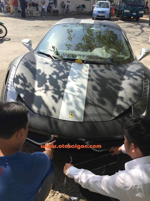 Ferrari 458 Spider đi đăng ký biển số với ngoại thất đã đổi từ đỏ nguyên bản sang đen nhám và bạc. Ảnh: Otosaigon