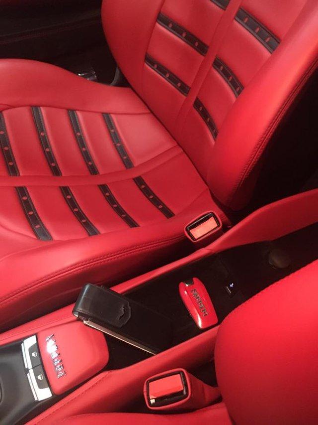 Ngoại và nội thất đều được phủ màu đỏ tông xuyệt tông. Ảnh: Thúy Nguyễn
