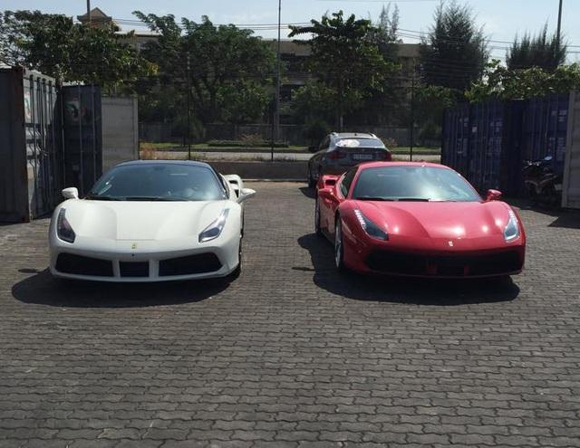 Đối với các bạn trẻ mê xe tại Việt Nam, sự xuất hiện của cặp đôi Ferrari 488 GTB màu trắng muốt và đỏ tươi vào trưa ngày 17/2 là một niềm vui khá lớn.