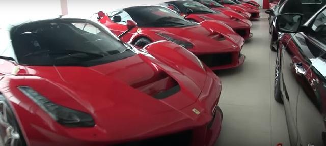 10 siêu xe Ferrari LaFerrari tụ tập cùng nhau. Ảnh cắt từ video clip.