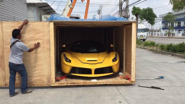 Ferrari LaFerrari đầu tiên xuất hiện tại Thái Lan sở hữu ngoại thất vàng nổi bật.