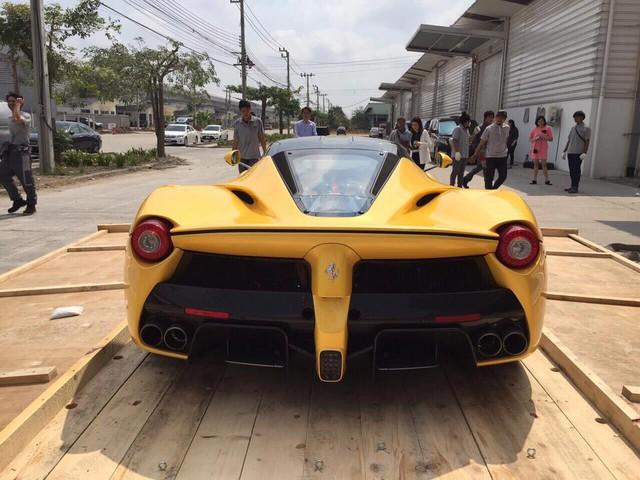 Siêu xe có giá 140 triệu Baht thu hút nhiều sự chú ý của người dân