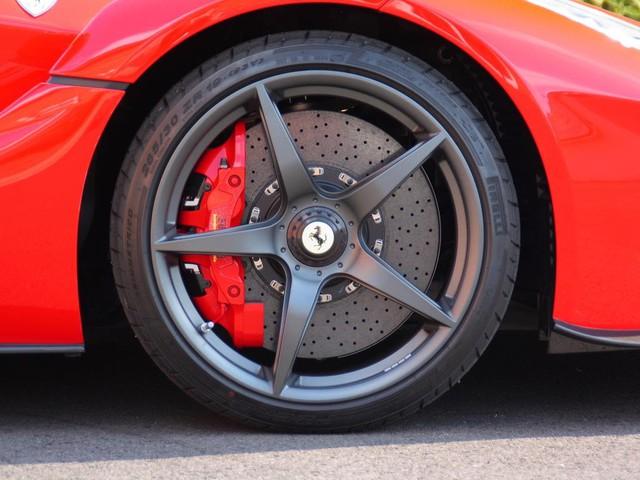 La-zăng 5 chấu kép trong màu đen mờ kết hợp cùng kẹp phanh màu đỏ nổi bật của Ferrari.