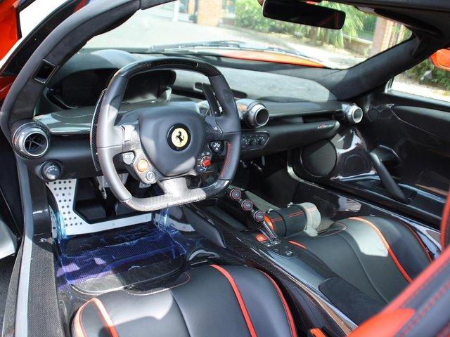 Tất cả kết hợp lại làm nên công suất tổng cộng 963 mã lực và mô-men xoắn 900 Nm. Hệ dẫn động hybrid mạnh mẽ cho phép Ferrari LaFerrari tăng tốc từ 0-96 km/h trong thời gian dưới 3 giây và đạt vận tốc tối đa 350 km/h.