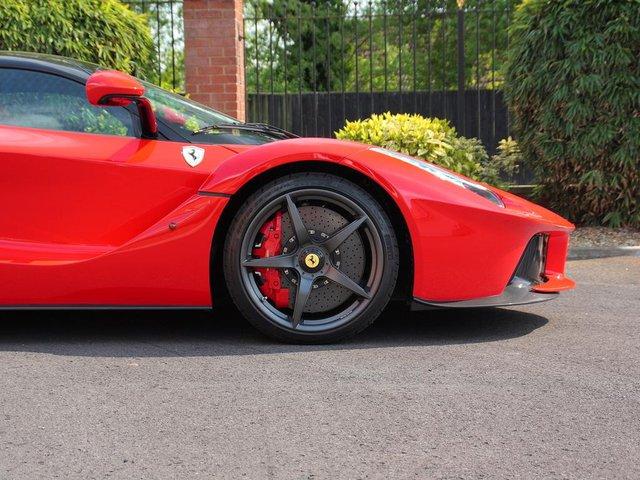 Chiếc Ferrari LaFerrari này sở hữu ngoại thất đỏ Rosso Corsa, đi kèm với các chi tiết như la-zăng trong màu đen hay cản va trước/sau và mui xe bằng chất liệu carbon tạo nên điểm nhấn đối lập.