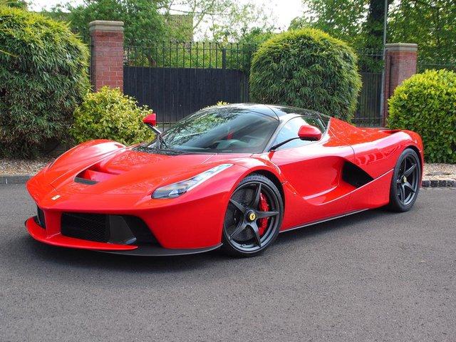Một chiếc Ferrari LaFerrari vừa được đại lý siêu xe William Loughran tại Anh Quốc cho lên sàn đấu giá. Siêu phẩm chỉ mới lăn bánh 118 km và được rao bán với mức giá 2,95 triệu Bảng Anh tương đương 95,2 tỷ Đồng. Mức giá trên khiến nhiều người cho rằng đây là món hời cho các nhà sưu tập.