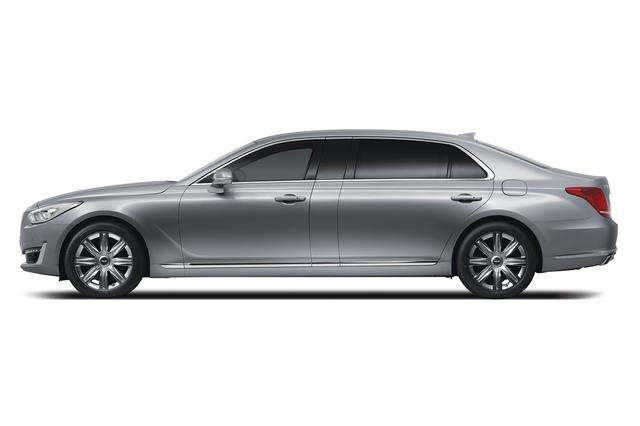 Mẫu sedan hạng sang cỡ lớn Genesis EQ900 hoàn toàn mới đã lần đầu tiên trình làng tại thị trường Hàn Quốc vào hồi tháng 12/2015. Đến nay, nhãn hiệu con Genesis của Hyundai tiếp tục mở rộng dòng sản phẩm bằng EQ900 phiên bản kéo dài mang tên EQ900L.