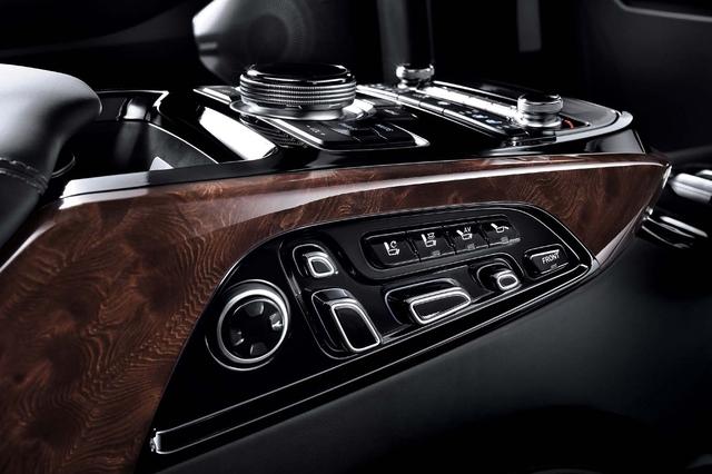 Hành khách có thể tìm thấy chất liệu da bọc cao cấp, phụ kiện ốp gỗ và những điểm nhấn màu đen Piano bên trong Genesis EQ900L.