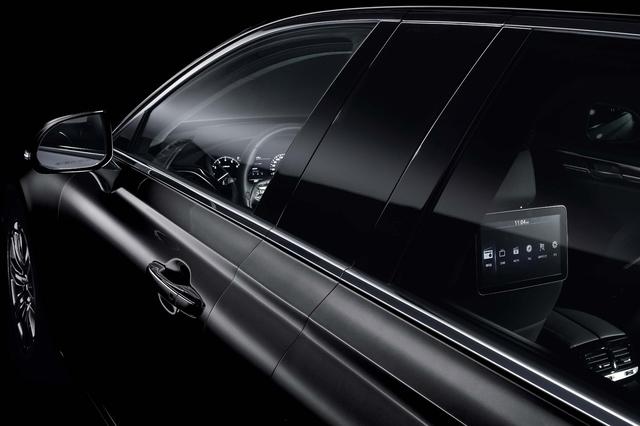 Dù đồ sộ và sang trọng, Genesis EQ900L không quá đắt. Tại thị trường Hàn Quốc, Genesis EQ900L được bán với giá khởi điểm gần 125.000 USD. Trong khi đó, Mercedes-Maybach S600 có giá khởi điểm 189.350 USD.