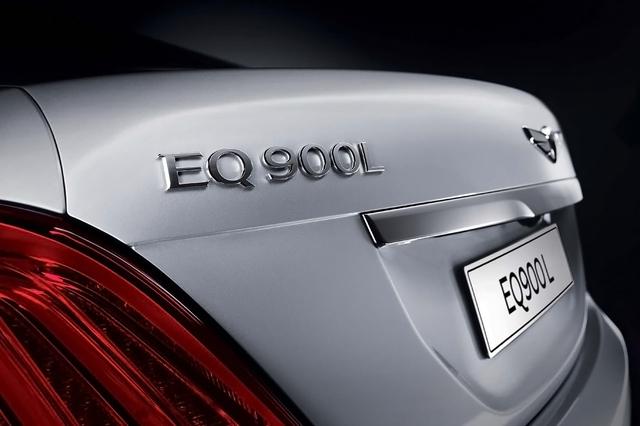 Bên dưới nắp capô của Genesis EQ900L là khối động cơ xăng Tau V8, dung tích 5.0 lít, sản sinh công suất tối đa 425 mã lực và mô-men xoắn cực đại 383 lb-ft.