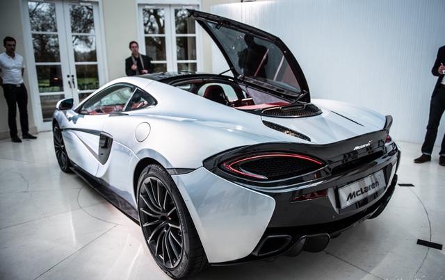 McLaren 570GT thực chất là 570S. Mẫu siêu xe thể thao mới được giới thiệu của McLaren sử dụng động cơ V8, dung tích 3,8 lít, sản sinh công suất tối đa 562 mã lực và mô-men xoắn cực đại 600 Nm. Sức mạnh này truyền xuống 4 bánh qua hộp số tự động 7 cấp ly hợp kép, giúp McLaren 570GT tăng tốc lên 100 km/h chỉ trong 3,4 giây.