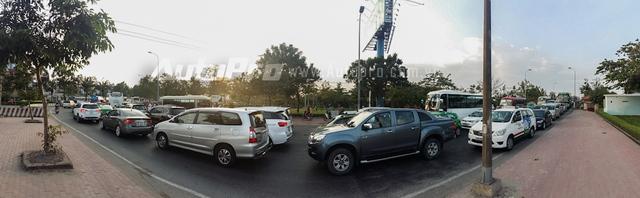 Cảnh tượng kẹt xe kinh hoàng từ chân cầu Bình Triệu vào bến xe Miền Đông.