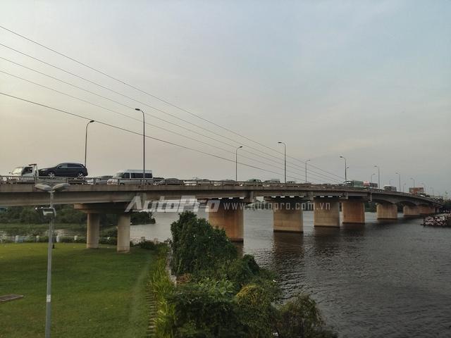 Hàng dài các phương tiện nối đuôi nhau từ chân cầu Bình Triệu đến cổng bến xe Miền Đông.