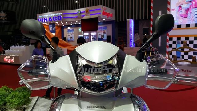 Ra mắt tại triển lãm Motodays diễn ra ở Roma, Italia, Honda SH 300i thế hệ mới nhận được nhiều nâng cấp đáng giá như đèn pha cùng đèn hậu được trang bị công nghệ đèn LED, ngoài ra, chiều dài cơ sở còn được nới thêm 16 mm.